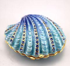 Muscheldose mit Kristallen